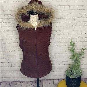Fade by BKE faux fur trim hooded cable knit vest M
